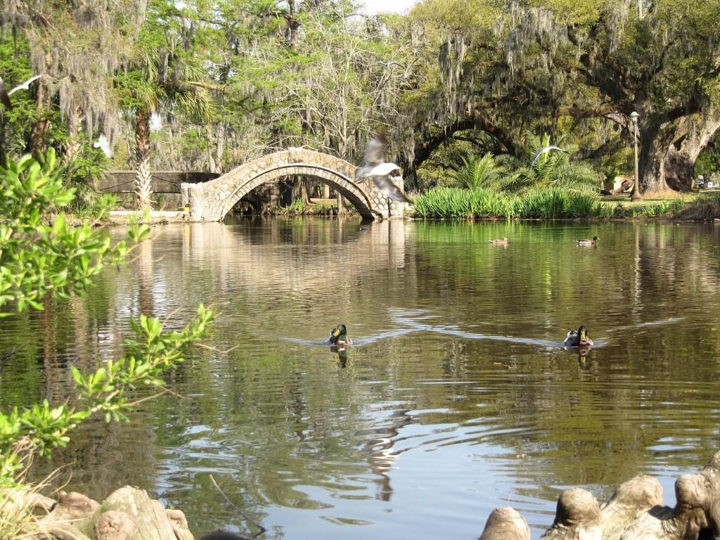 Lagoon with bridge and ducks, City Park, New Orleans | © Mr. Littlehand/WikiCommons