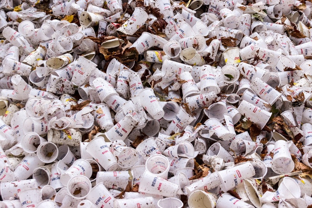 Discarded plastic cups│© meineresterampe