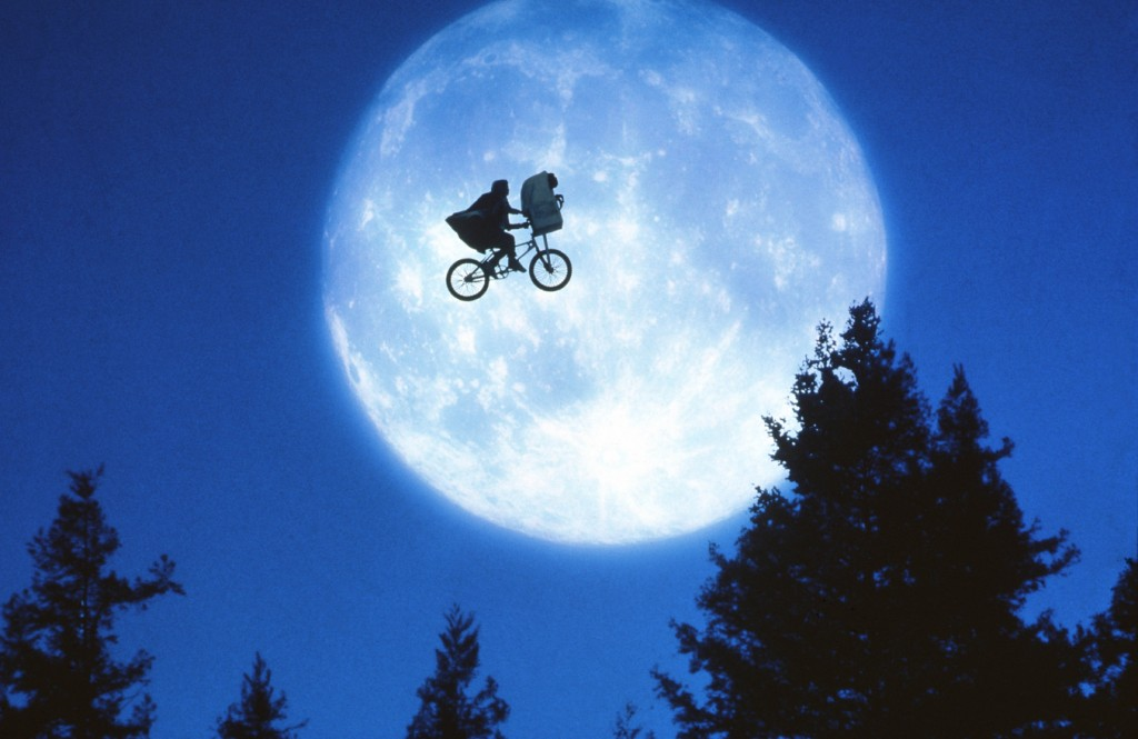 Et The Extra-Terrestrial / Et The Extra Terrestrial / E.T. (1982) | Dir: Steven Spielberg | Ref: ETX001AD | Photo Credit: [ Universal / The Kobal Collection ] | Editorial use only related to cinema, television and personalities. Not for cover use, advertising or fictional works without specific prior agreement
