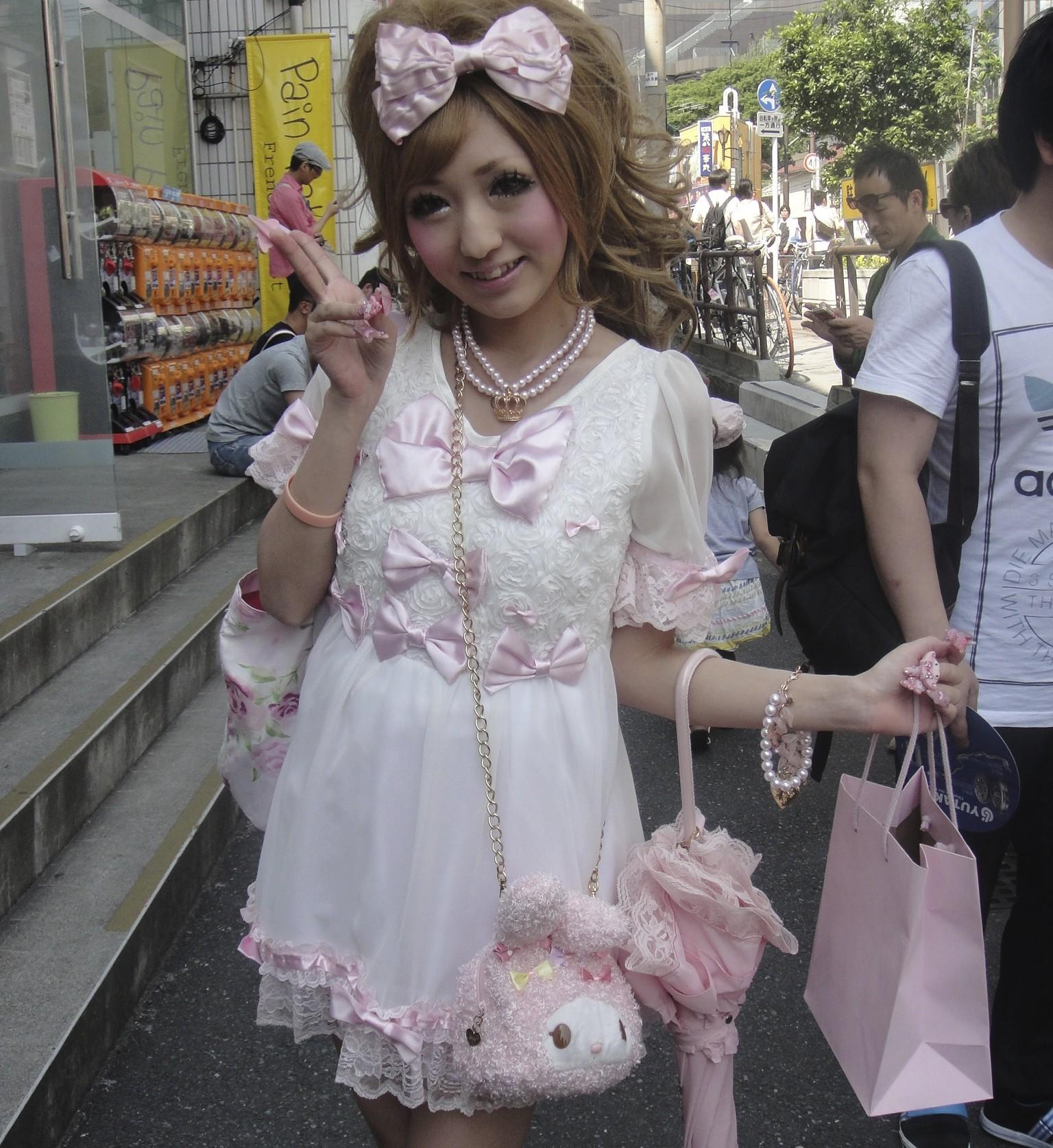 A sweet-loli or princess lolita look. The kawaii accessories take the look from Shibuya to Harajuku style | © Carrozza Lrn/WikiCommons