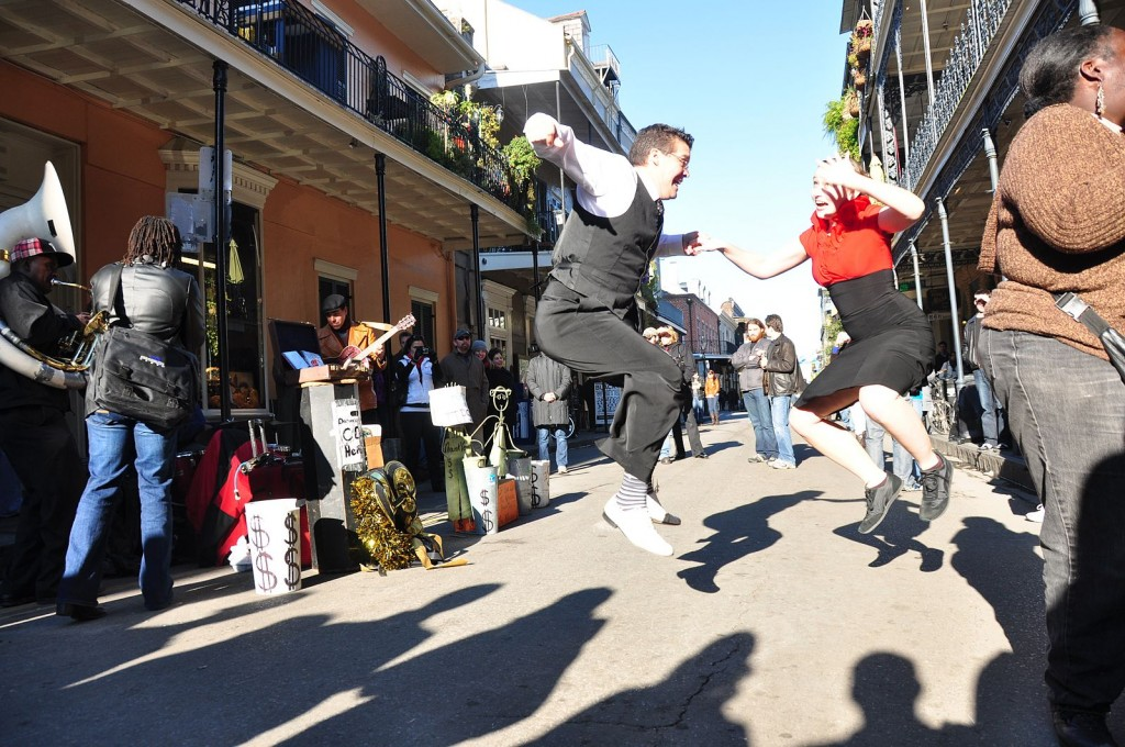 Dancing to a jazz band in the streets of the French Quarter, New Orleans | © Ben/WikiCommons