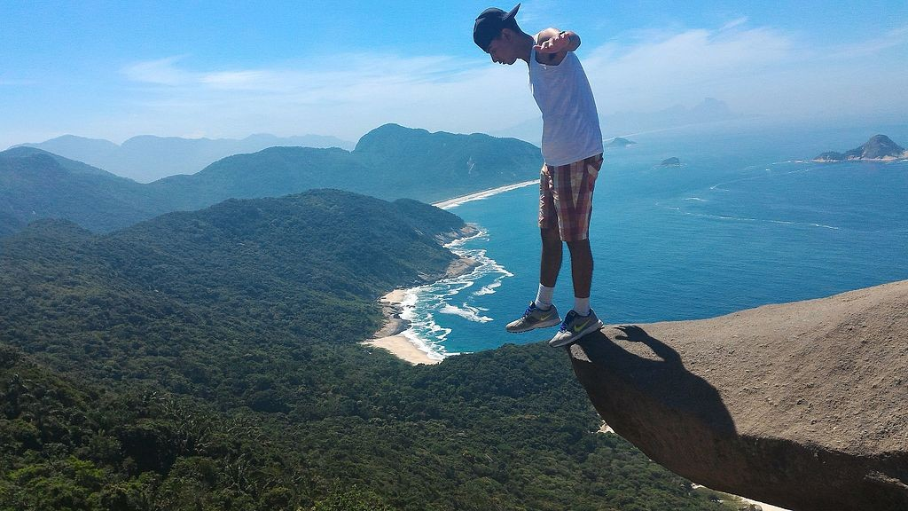 Hanging off the edge of Pedra Telegrafo |© Jefferson Vieira de Melo/WikiCommons