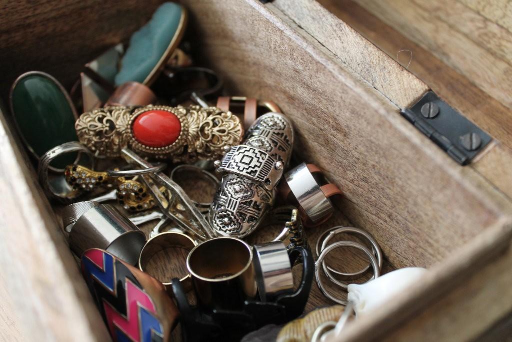 Various types of jewellery |© Stacie da Ponte/Flickr