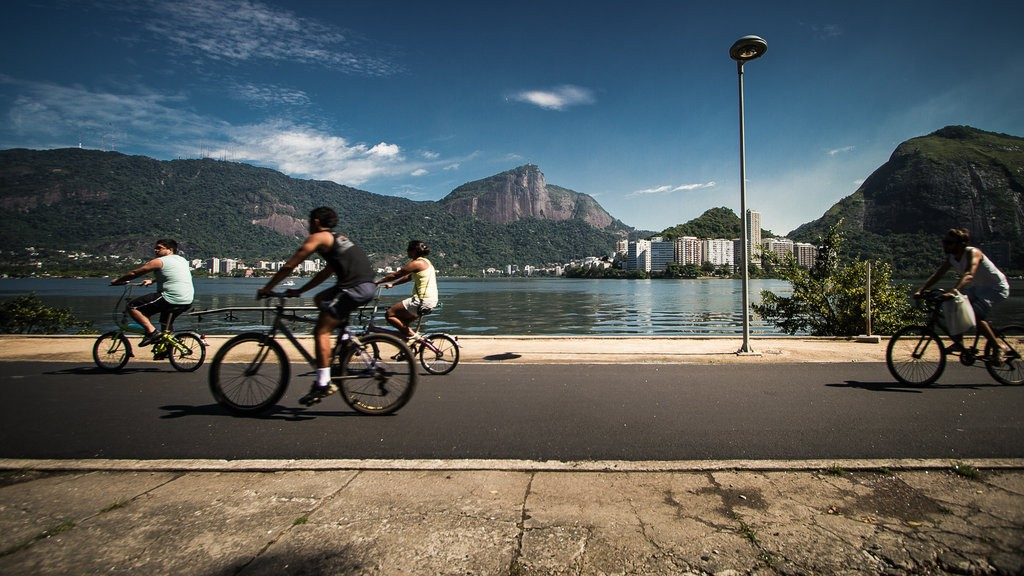 Ride a bike around the stunning lake |© Claudia Regina/Flickr