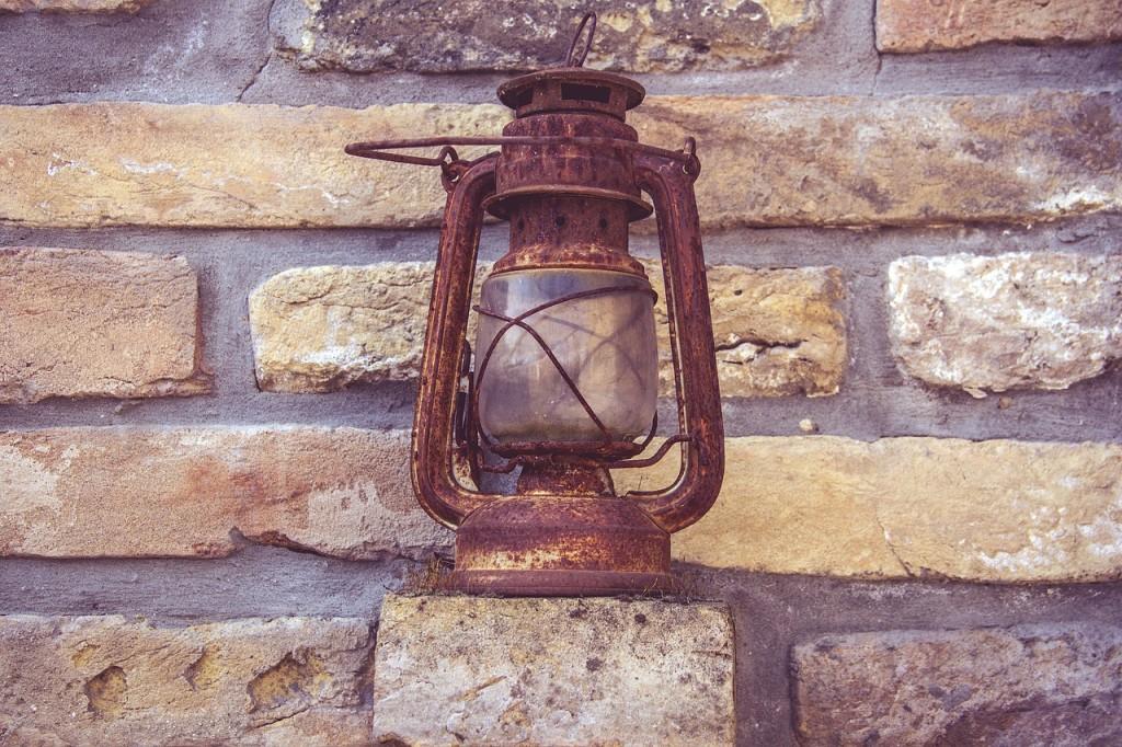 Rusted antique lamp │© Devanath