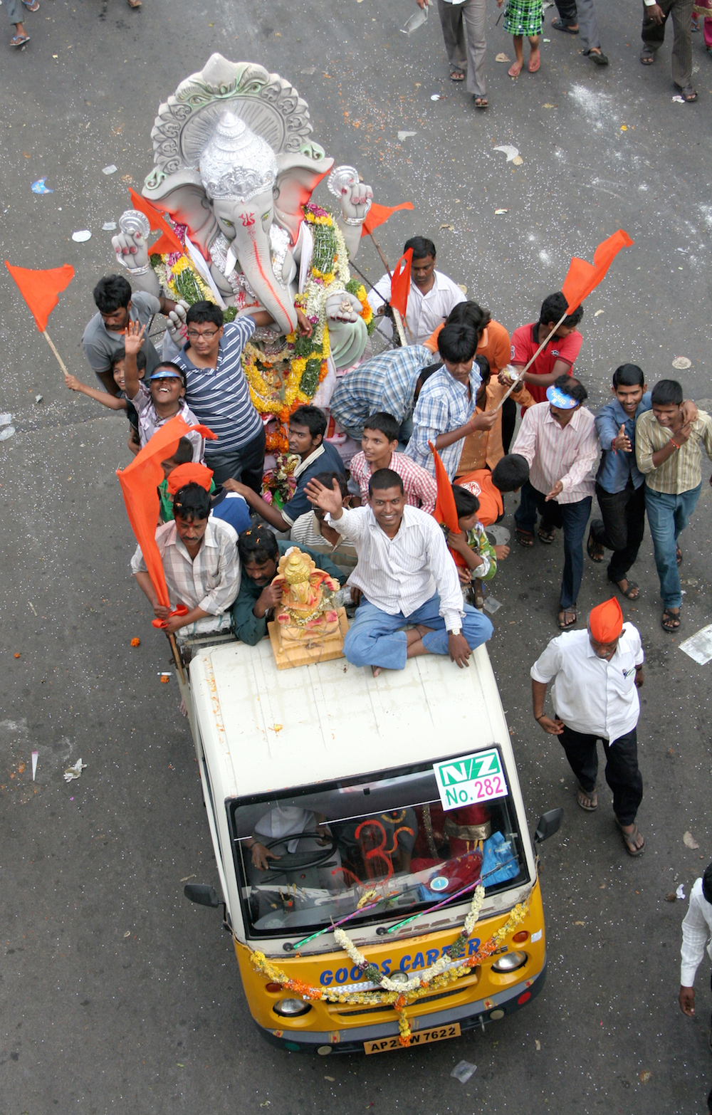 Worshippers transporting the Ganesha statues in Hyderabad © reddees / Shutterstock.com