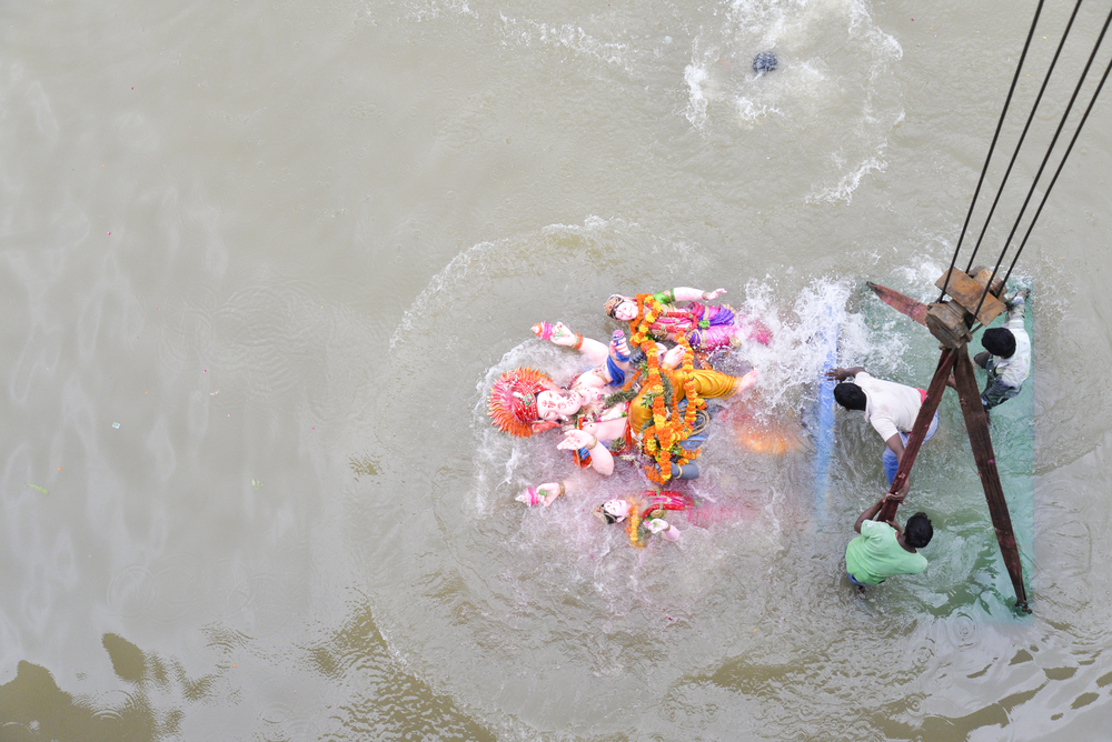 The statue of Ganesh is immersed in the River Sabarmati, Ahmedabad, Gujarat © nisargmedia.com / Shutterstock.com