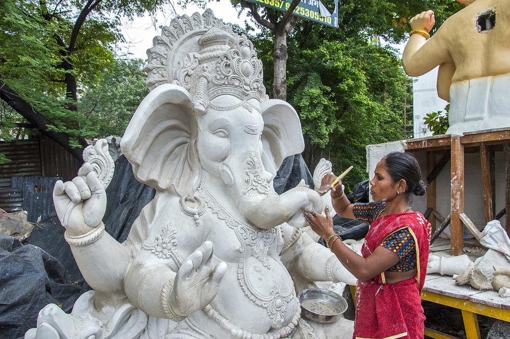 Artist working on a large Ganesh sculpture in Amravati, Maharashtra © Dipak Shelare / Shutterstock.com