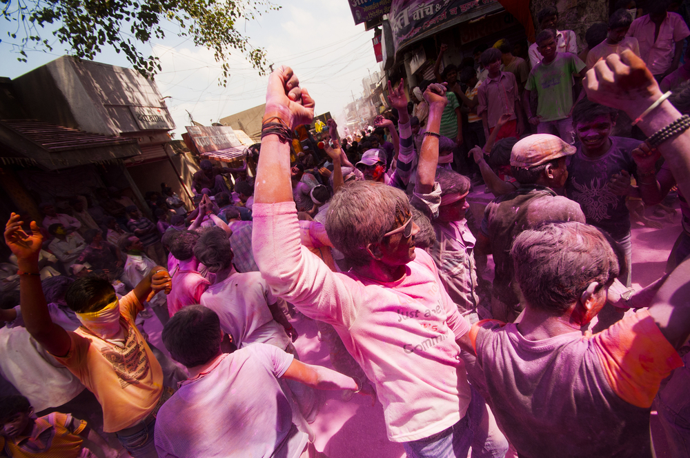 Worshippers throwing coloured powder and celebrating in Mumbai © CRSHELARE / Shutterstock.com