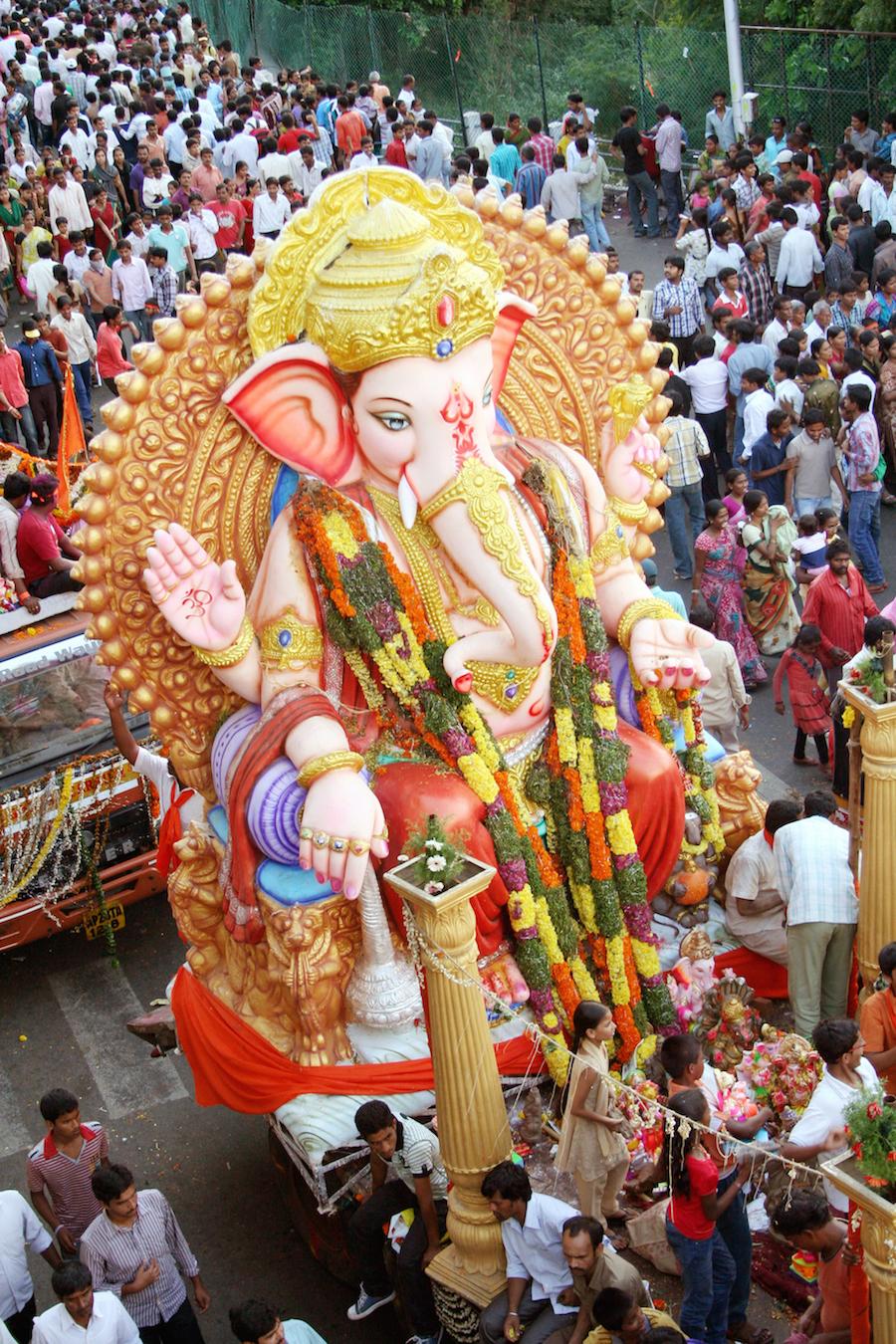 Ganesh statue being transported © reddees / Shutterstock.com