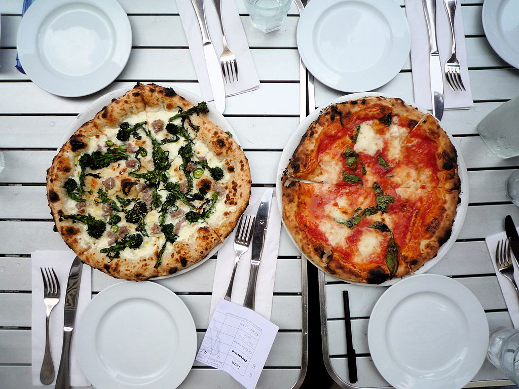 Spicy pugliese and margherita pizzas - NYC Pizza Expedition | © Jason Eppink/Wikicommons