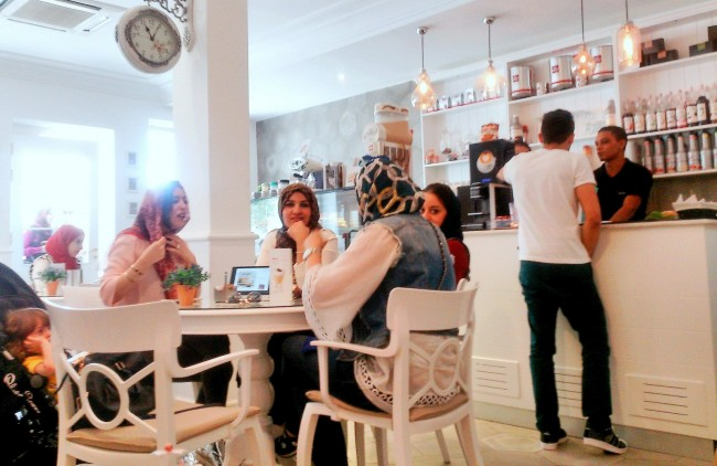 Many of Tripoli's newest cafés are designed with women in mind. | © Sarah Elmusrati