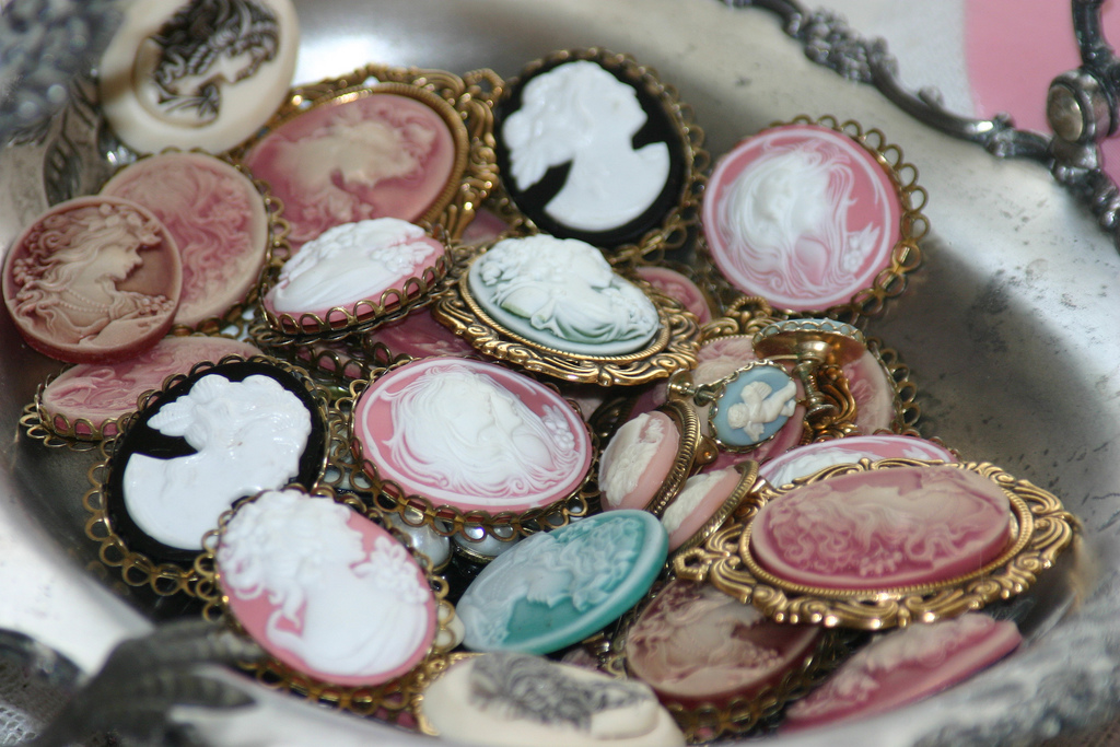 Vintage jewellery |© Sherry's Rose Cottage/Flickr