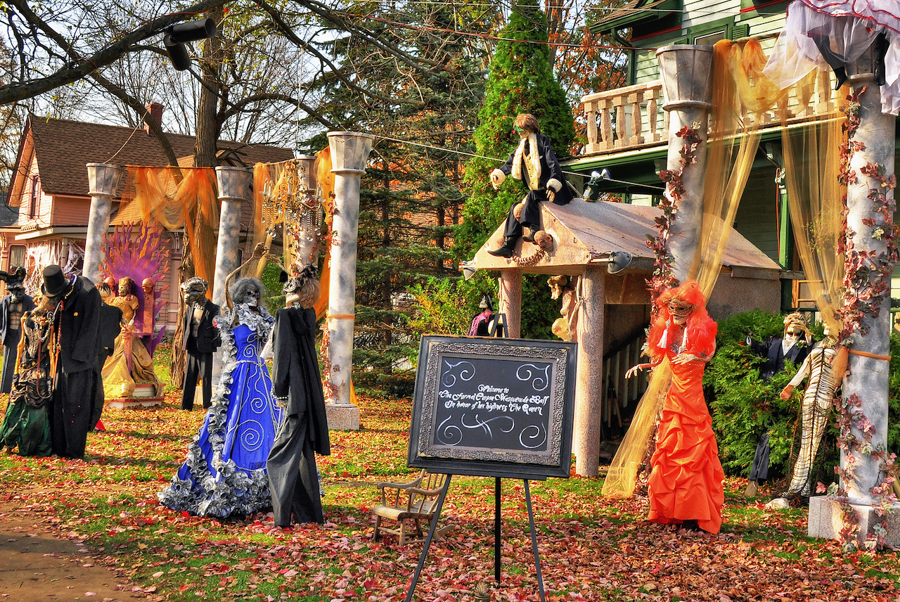 Halloween decorations on Tillson street in Romeo Michigan   © Rodney Campbell/Flickr