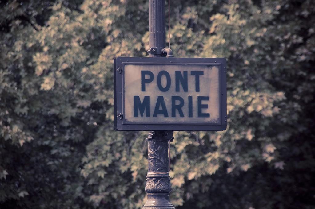 A sign for the Pont Marie │© Bradley Eldridge