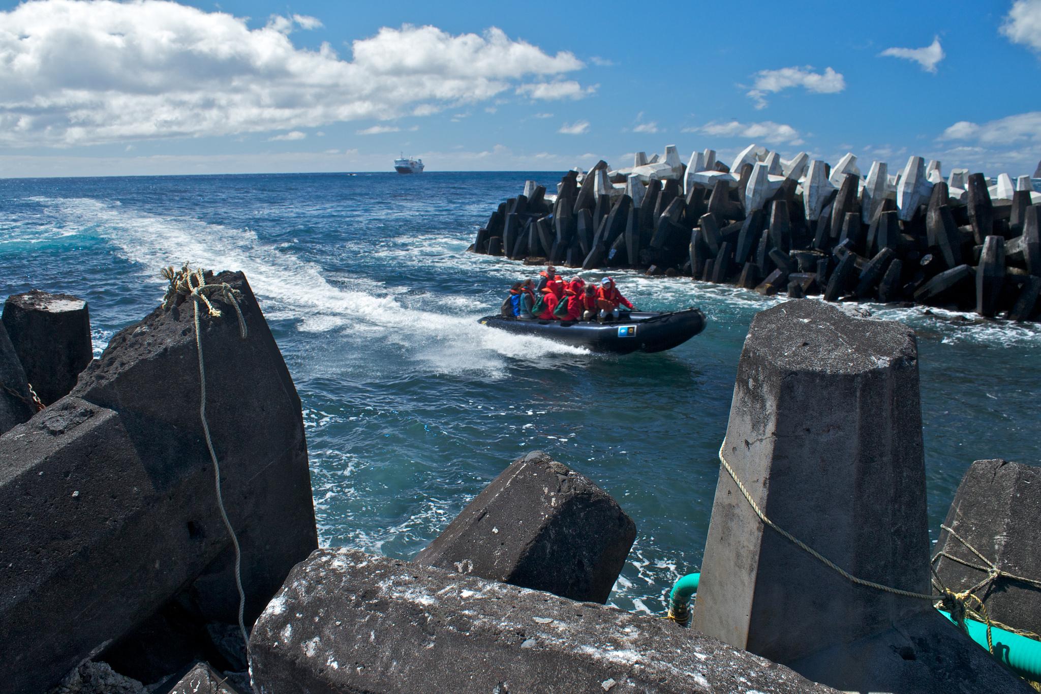 Brian Gratwicke Zodiac bringing expedition members into harbor