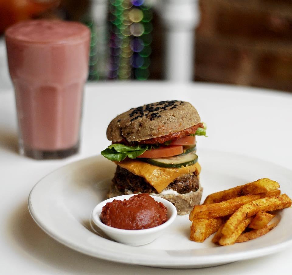 The cheezburger with cajun jicama fries | © Rockin Raw