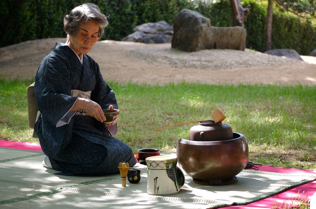 An outdoor tea ceremony | © Beatrice Murch/Flickr