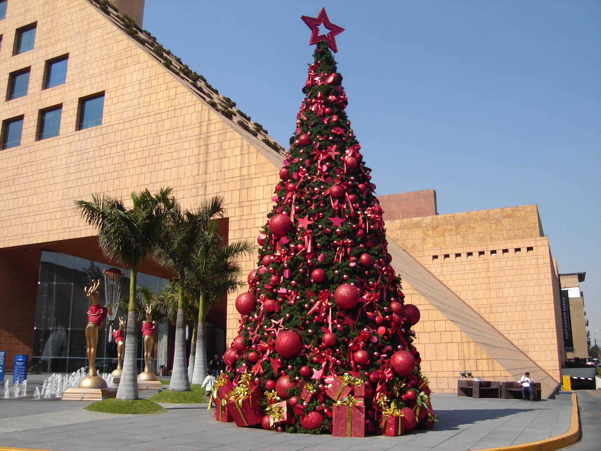 Traditional mexican christmas decorations - Christmas Tree Outside A Shopping Centre In Mexico City Kiewic Flickr