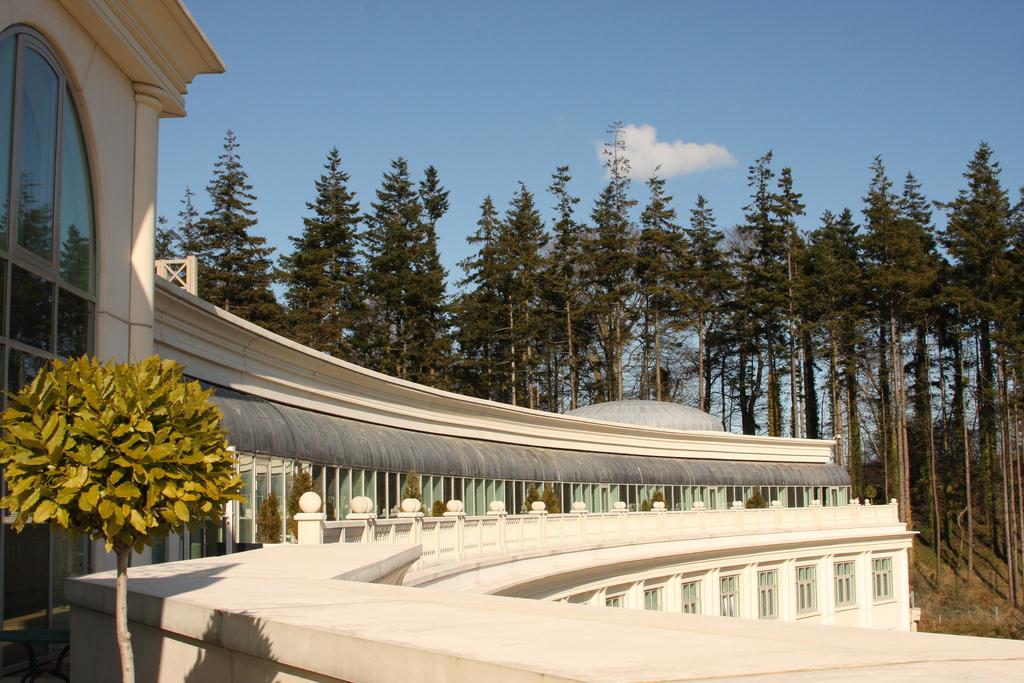 The balcony terrace at Powerscourt Hotel | © Regan Buker/Flickr