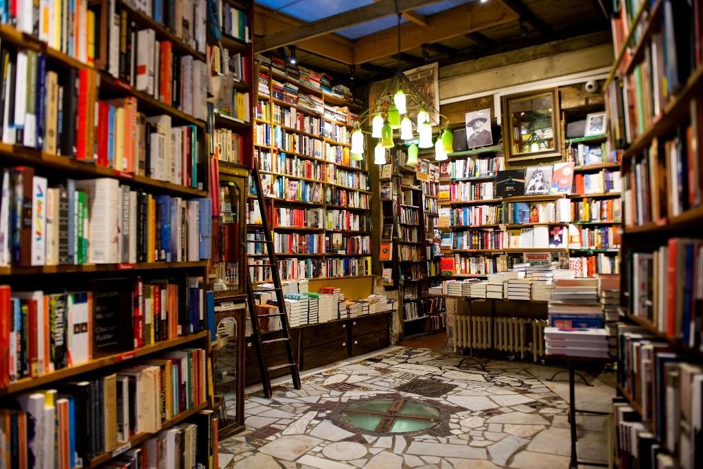 Bookshelves at Shakespeare and Company │© Kiren, Courtesy of Shakespeare and Company