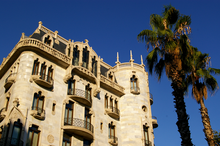 Casa Fuster, Barcelona   ©1997 via Wikimedia Commons