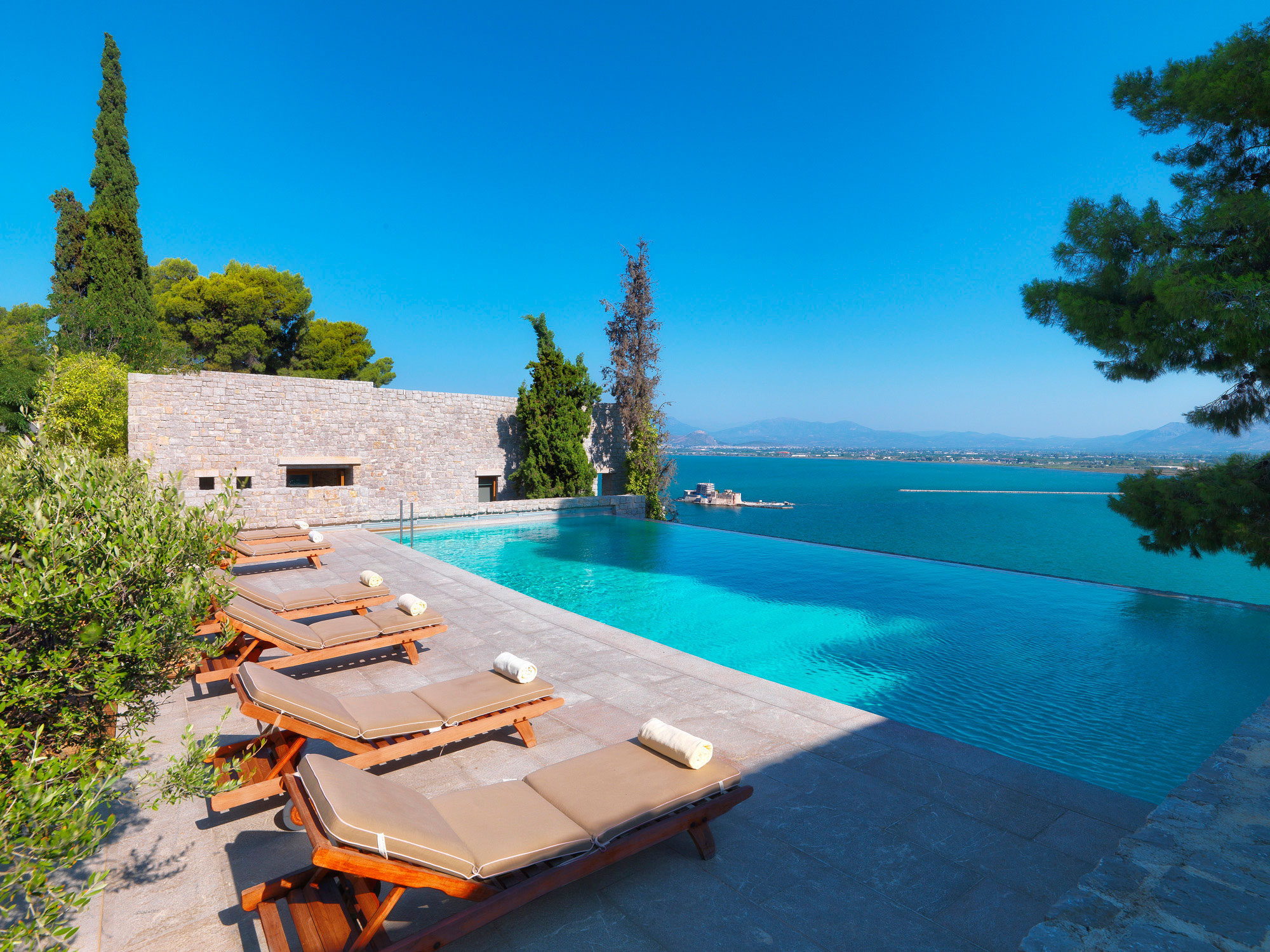 The best infinity pools in greece for Best pool design 2015