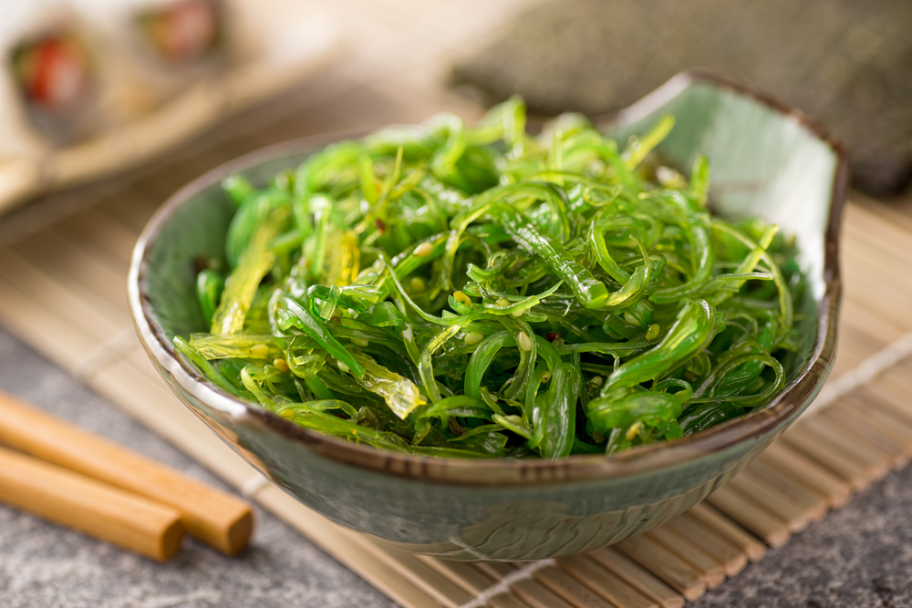 A delicious fresh seaweed salad © Foodio / Shutterstock
