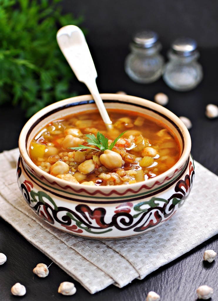 Moroccan Harira Soup in Traditional Bowls / © Tanya Chudovska, Shutterstock