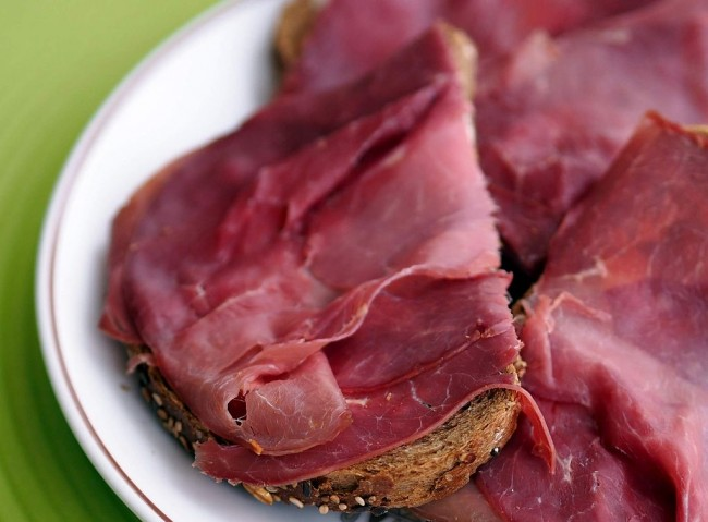 Smoked horse meat on toast │© Takeaway