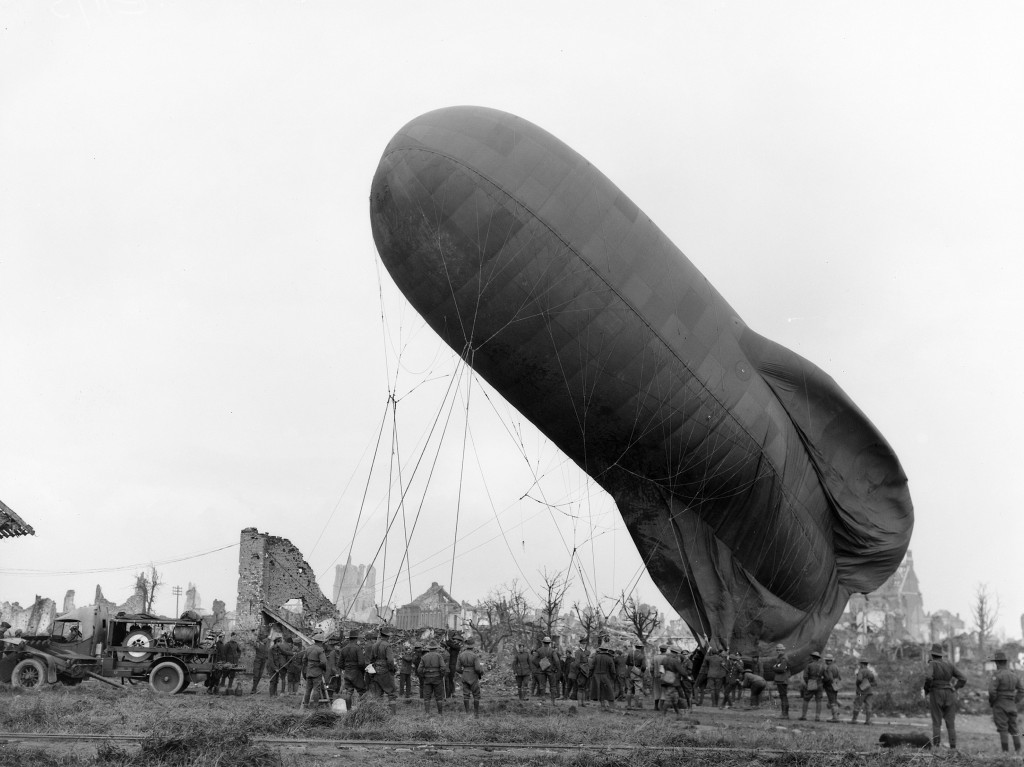 1917: Allied troops letting down an observation balloon in the Ypres area, one of the major battlefields of the Great War | Wikimedia Commons/public domain