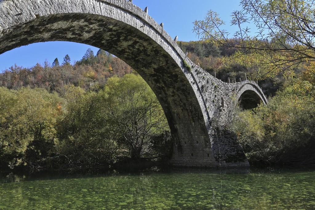 Stone bridge near Monodendri | © Emmanuel Eragne/Flickr