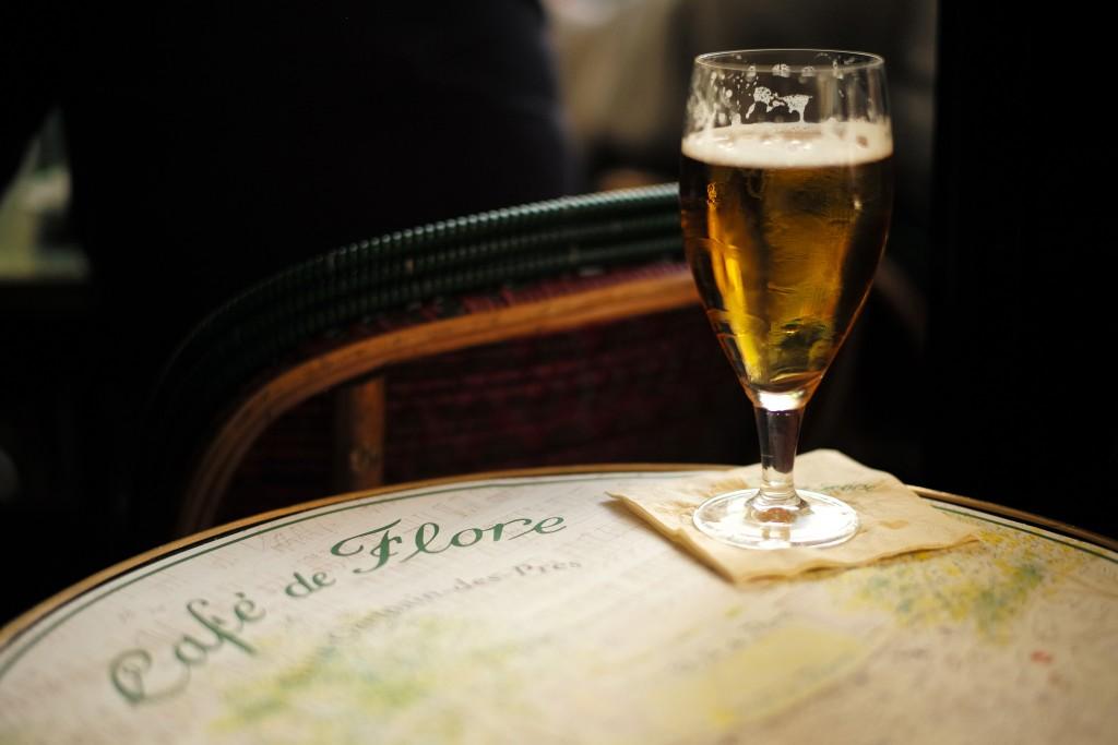 A demi at Café de Flore│© Roman Boed