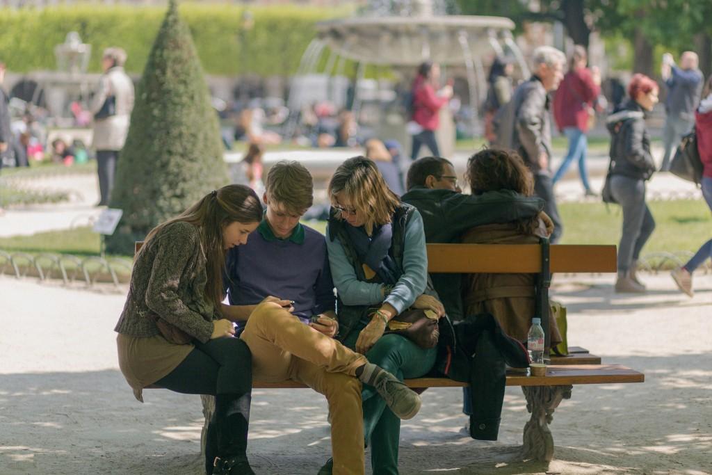 Average sized Parisians sitting in the park │© Gatanass