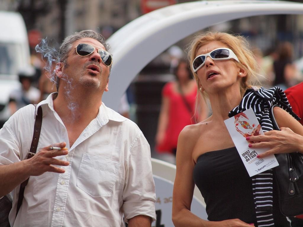 Couple enjoying a cigarette│© zoetnet