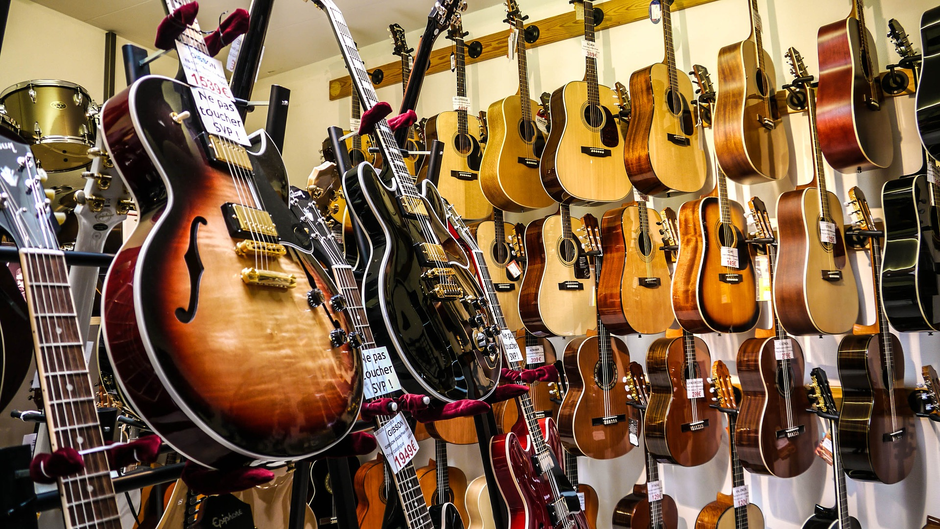 the best guitar stores on paris 39 rue de douai. Black Bedroom Furniture Sets. Home Design Ideas