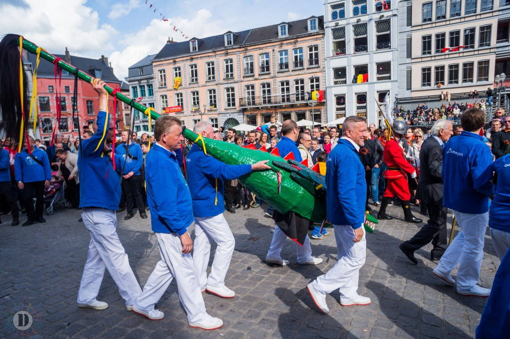 Mons' wicker dragon being carried to the fight | © David Taquin/Flickr