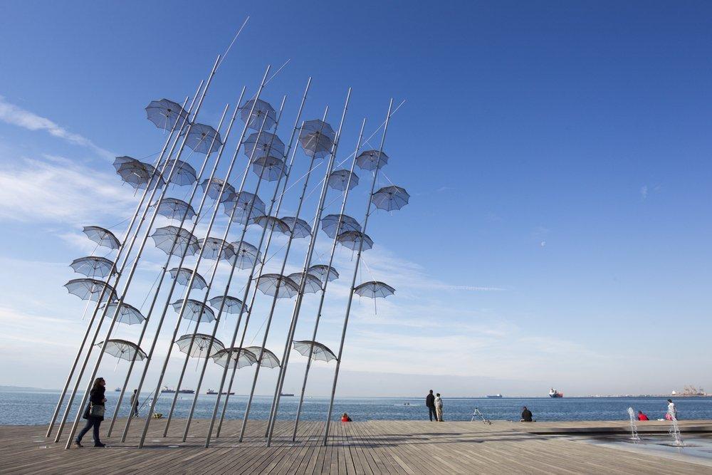 People are enjoying the sunny weather near seaside in Thessaloniki © Anton Chalakov / Shutterstock