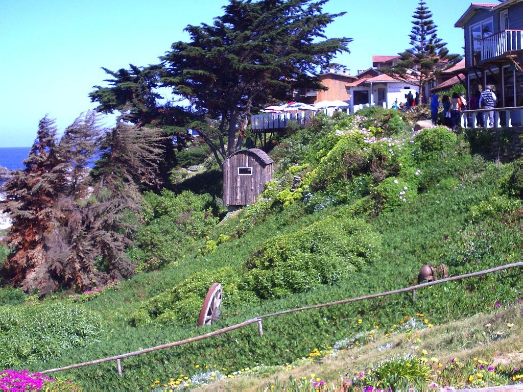 Jardín de la casa de Pablo Neruda, Isla Negra,Chile / Leitoxx / Wikimedia Commons