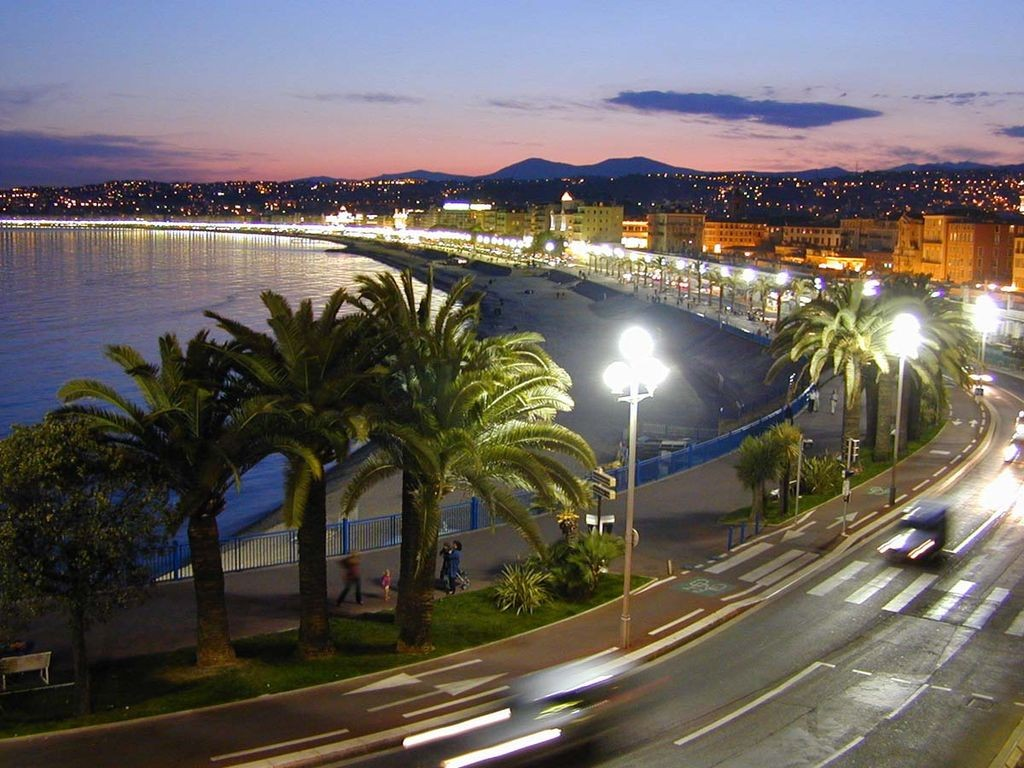 A walk along the Promenade des Anglais at night can be very romantic | © WM Connolley/WikiCommons