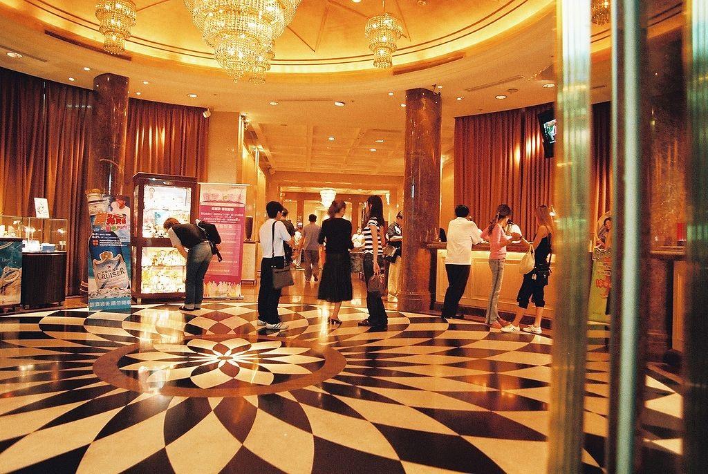 The luxurious lobby of KTV karoke bar | © de.User.vintagesound