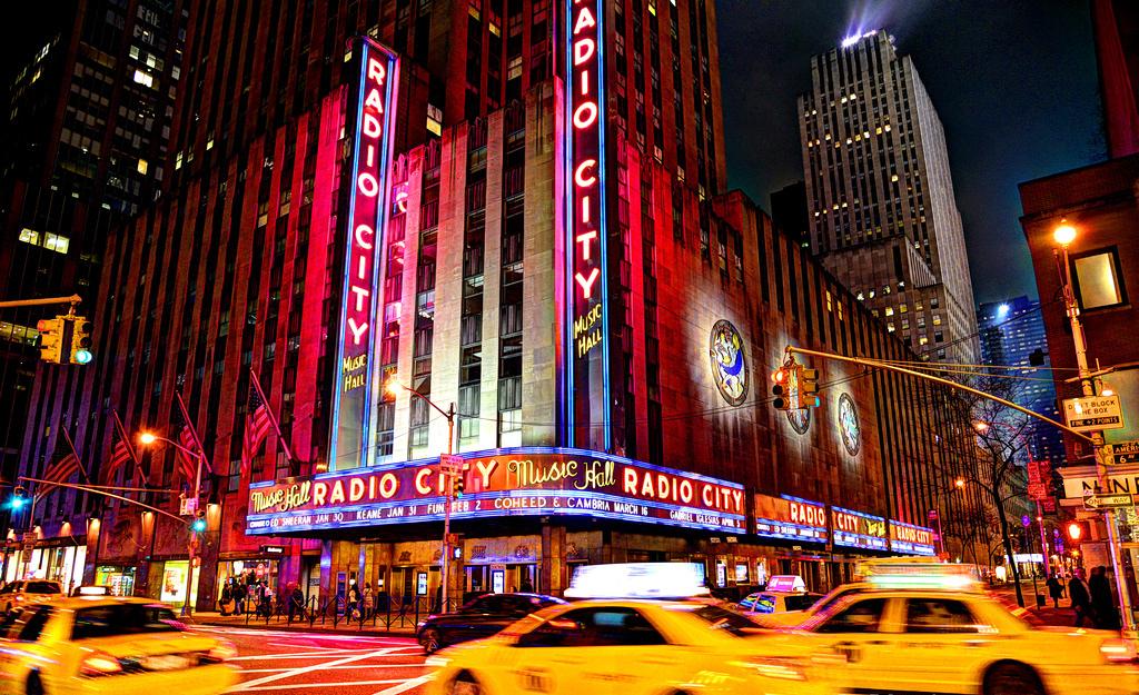 Radio City Music Hall (cropped version) | © www.GlynLowe.com / Flickr