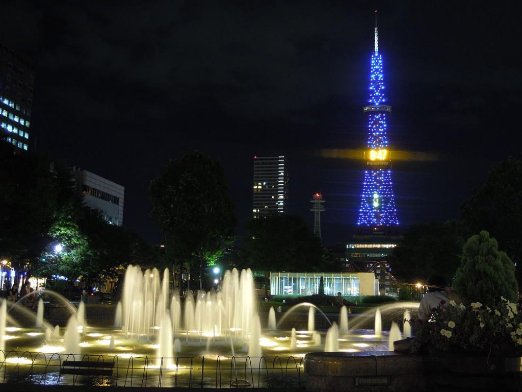 夜のテレビ塔と大通公園の噴水 (Night View of the TV Tower and Odori Park Fountains) | © Qiuqizhenghong / Wikimedia Commons