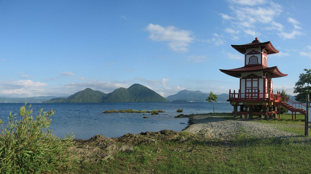 Shrine at Lake Toya (Toyako) in Hokkaido, Japan   ©Jesper Rautell Balle / Wikimedia Commons