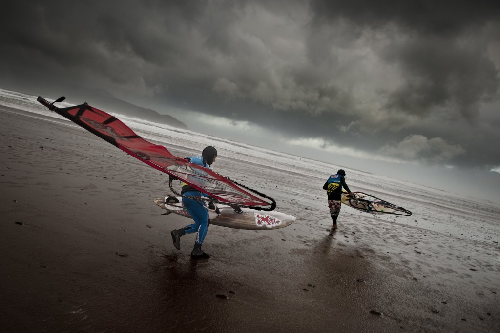 Event participants performs at the Red Bull Storm Chase at Brandon Bay, Southern Ireland. | © Red Bull Content Pool