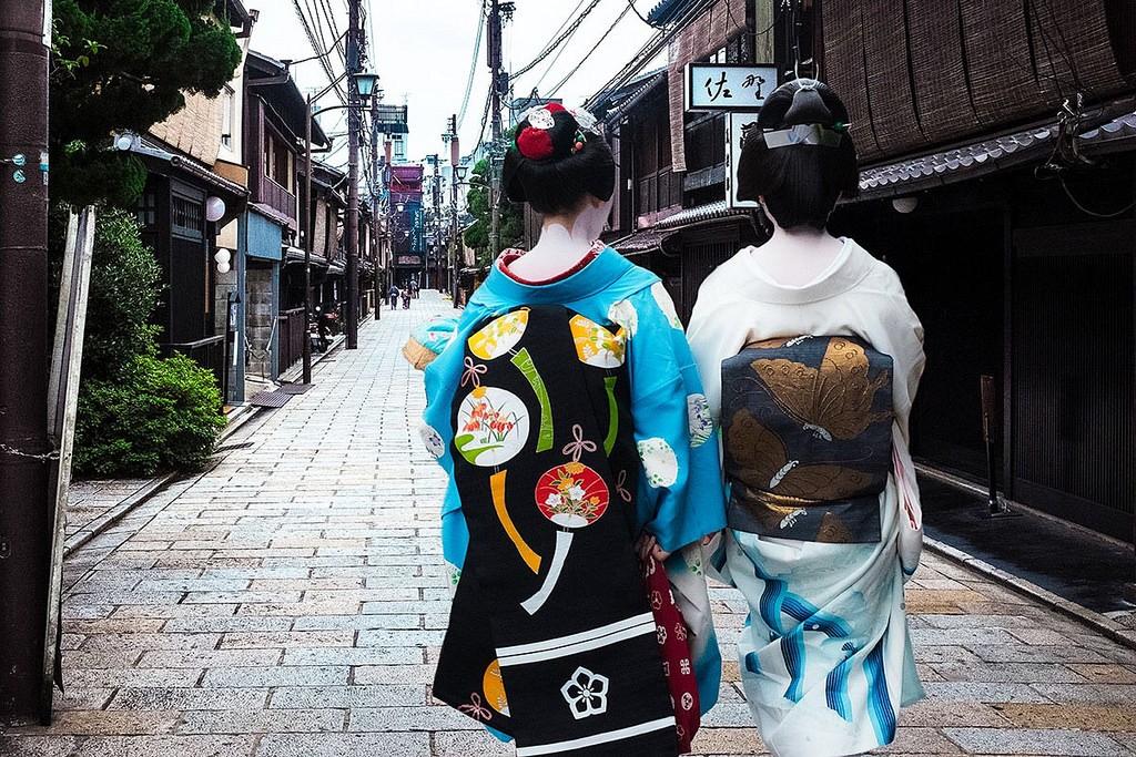 Geiko wearing elaborate kimono, Kyoto | © Sonny Abesamis / Flickr