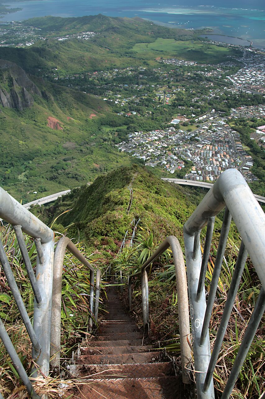 Looking down the haiku stairs at the H3 highway and Kaneohe | © Brock Roseberry/Flickr