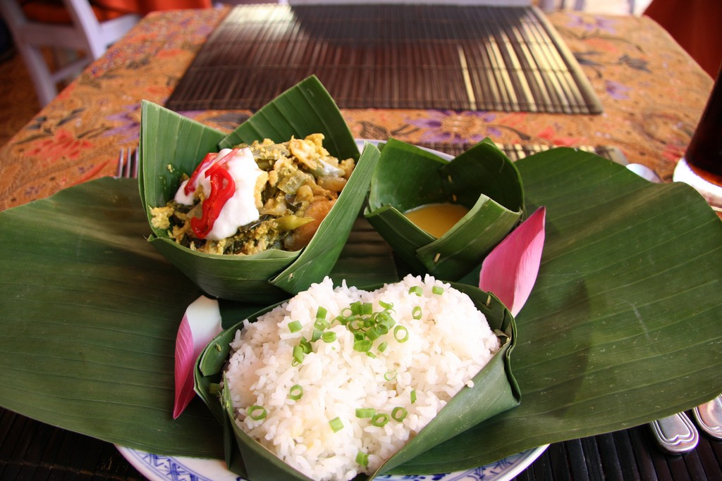 Fish amok served in banana leaves with rice | © Ben Yapp/Flickr