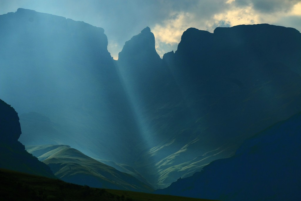 From the Valley of a Thousand Hills you get a view of the Drakensberg mountains  © tdwrsa/ flikr