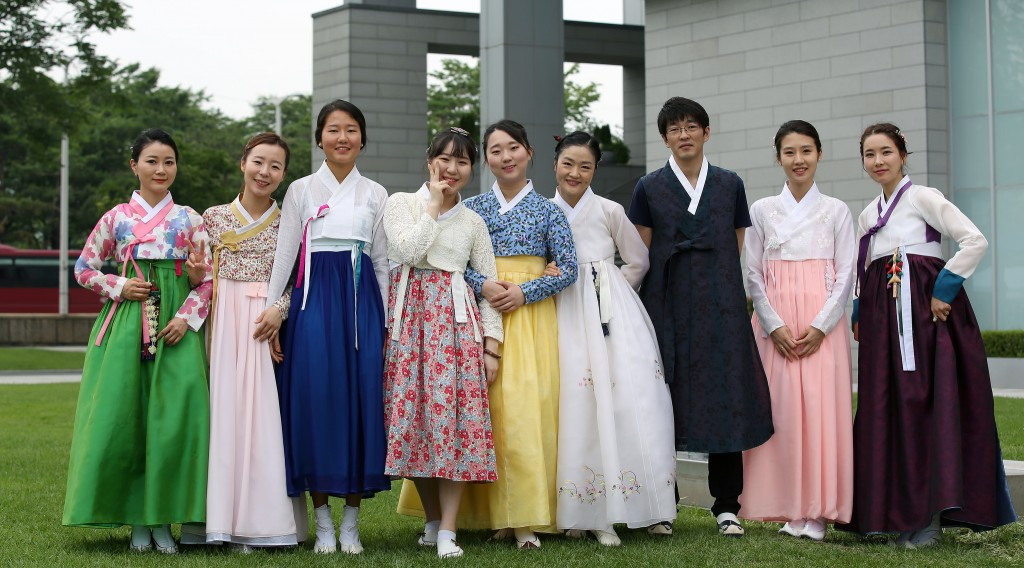 A mix of traditional and contemporary hanbok | © Jeon Han / Flickr